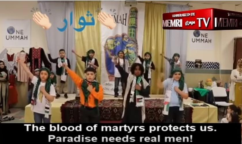 Crianças no Centro Islâmico da Sociedade Americana Muçulmana na Filadélfia entoam música que fala sobre a Jihad. (Imagem: Youtube / Reprodução)