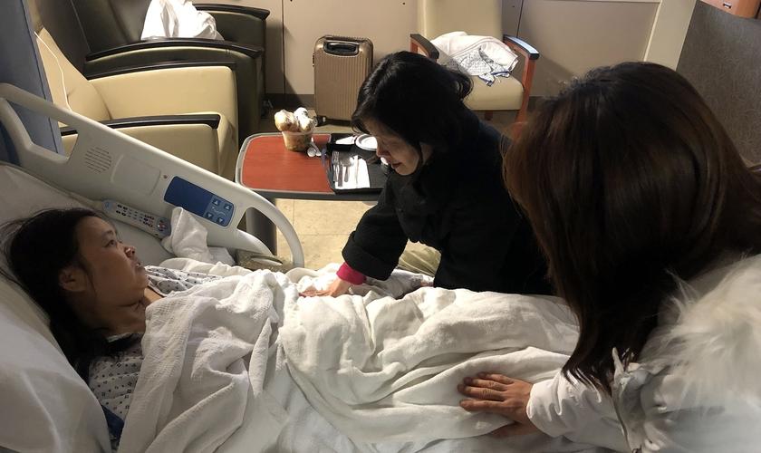 Peggy Lee (centro) e Ginny Won oram por um dos 50 passageiros feridos no acidente em Richmond. (Foto: Grace Chinese Baptist Church)