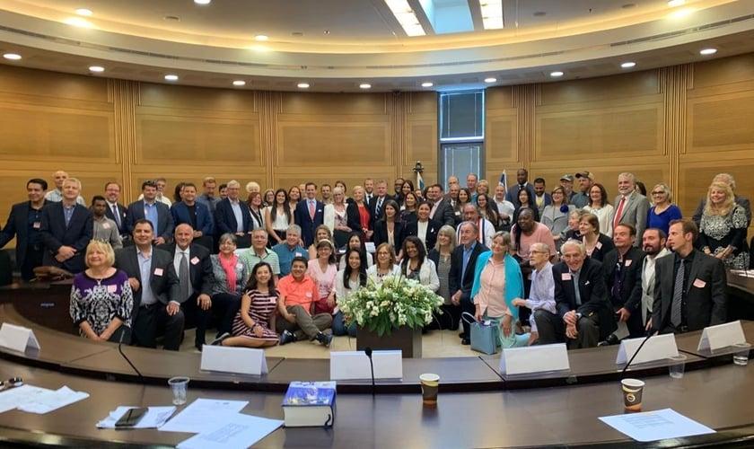 Cristãos e judeus se reuniram para estudo bíblico no Knesset, o parlamento de Israel. (Foto: Eliyahu Berkowitz/Breaking Israel News)