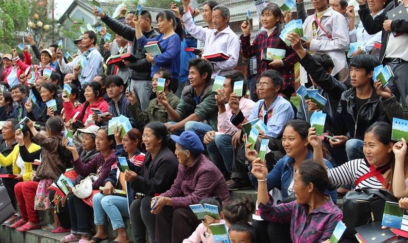 Mais de 2,5 milhões de exemplares do evangelho de João foram espalhados pelo Nepal desde 2012. (Foto: Bibles For The World)