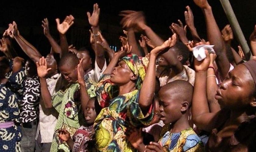 Cristãos cantam durante culto na Nigéria. (Foto: Reuters)