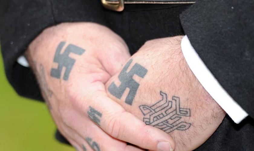 O homem resgatado pelos adolescentes judeus tem o conhecido símbolo judeu tatuado na mão. (Foto: Independent)