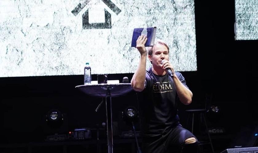 Cantor francês Chris Duran ministrando louvor em igreja. (Foto: Divulgação/Chris Duran)