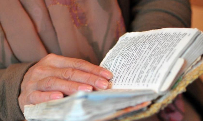 Cristã da Ásia Central lê sua Bíblia. (Foto: Portas Abertas)