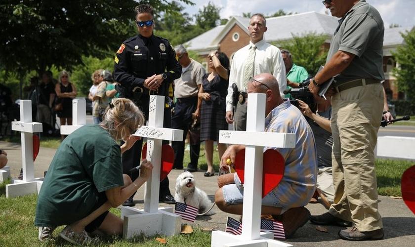 Mulher escreve homenagem para Michelle Langer, uma das vítimas do tiroteio em um prédio municipal de Virginia Beach. (Foto: AP Photo/Patrick Semansky)