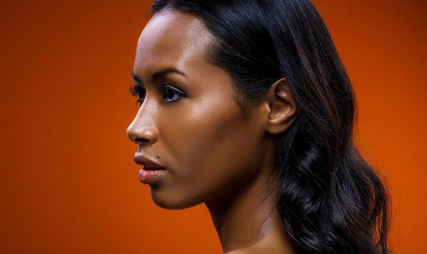 Primer serve para selar os poros abertos e uniformizar a pele. (Foto: Pexels/Divulgação)