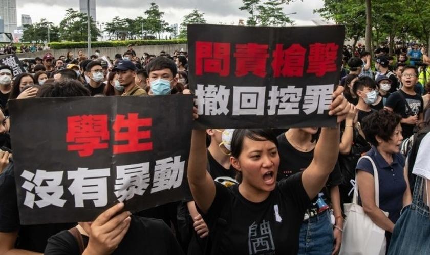 Manifestantes marcham após uma manifestação contra uma lei de extradição, em 17 de junho de 2019, em Hong Kong, China. (Foto: Billy H.C. Kwok/Getty Images)