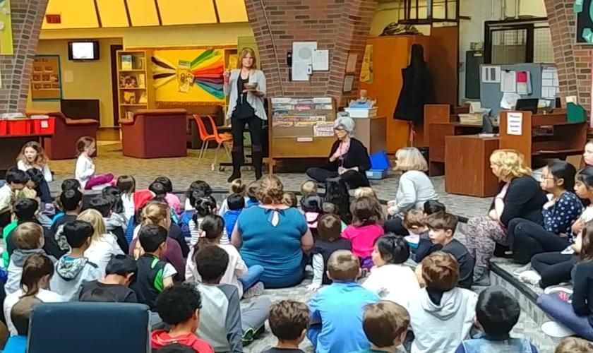 Crianças participam de atividade na escola pública Devonshire Community. (Foto: YouTube/Reprodução)