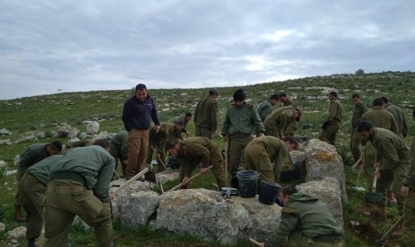 Paraquedistas trabalhando com arqueólogos, escavando uma torre de vigia de 2.800 anos. (Foto: Valdik Lifshitz)