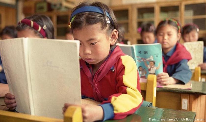 Crianças da Coreia do Norte crescem sob intensa doutrinação comunista sob a ditadura de Kim Jong Un. (Foto: DW)