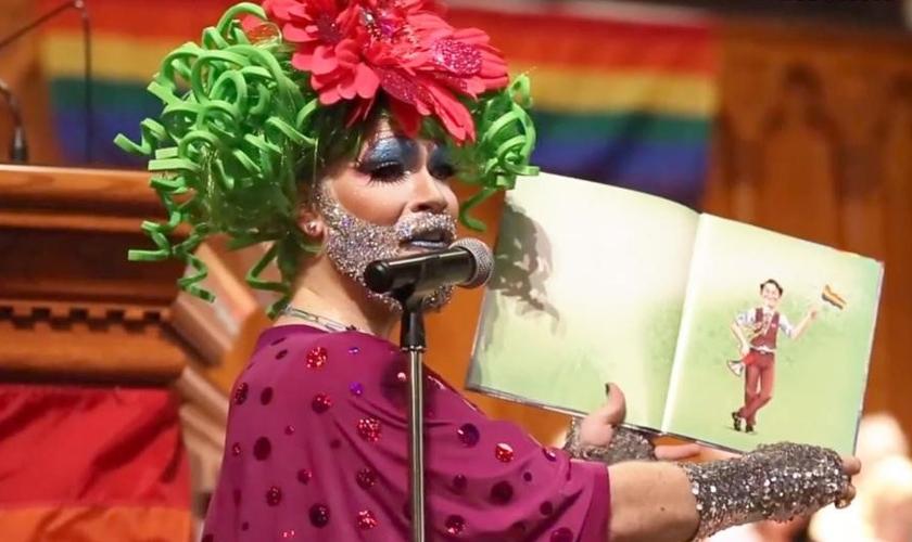 Dan Davidson vestiu-se como Sparkle Leigh para contar às crianças uma história infantil que promove a homossexualidade. (Foto: Cincinnati.com)