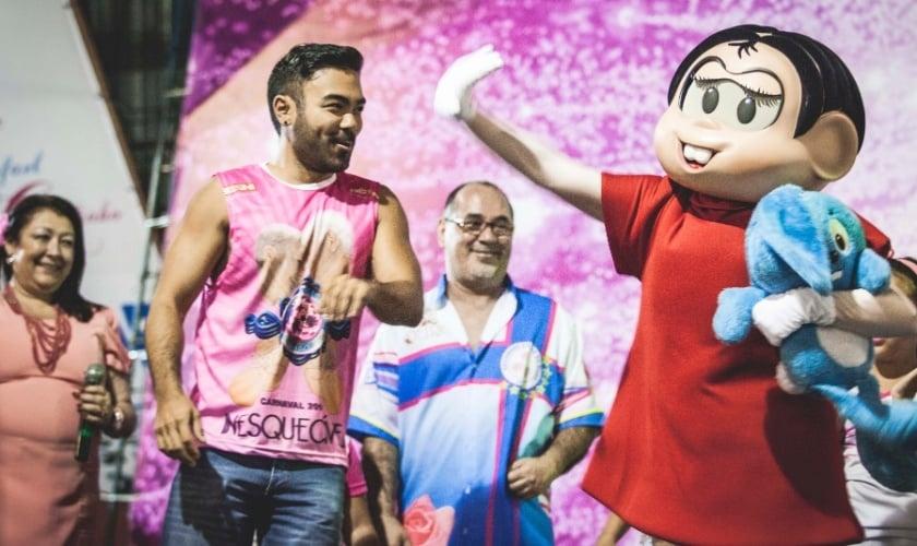 Mauro Sousa (à esquerda) e Personagem Mônica desfilam no Carnaval de São Paulo. (Foto: UOL)