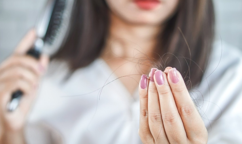 Algumas doenças fazem com que os cabelos caiam em grande quantidade. (Foto: Getty Images/iStockphoto)