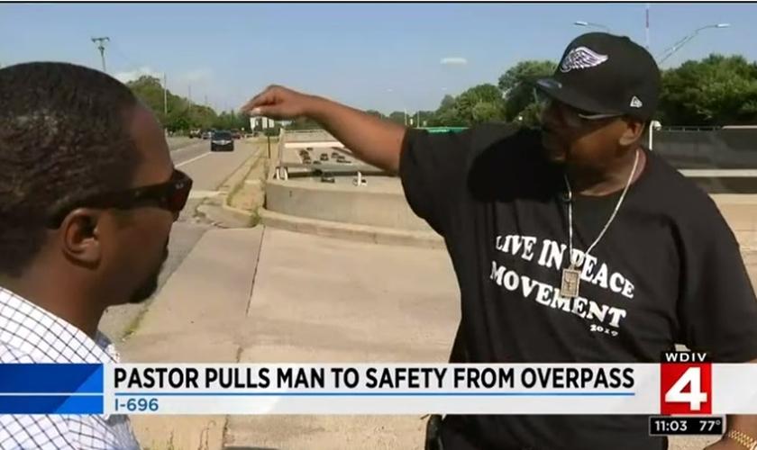 Pastor Maurice Hardwick (direita) conta ao repórter de noticiário local sobre o momento em que impediu um suicídio em um viaduto. (Imagem: Local 4 News)