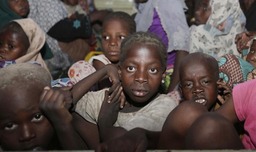 Boko Haram tem sequestrado crianças e as doutrinado para realizarem ataques suicidas com bombas em locais públicos, restaurantes e igrejas. (Foto: African Media Agency)