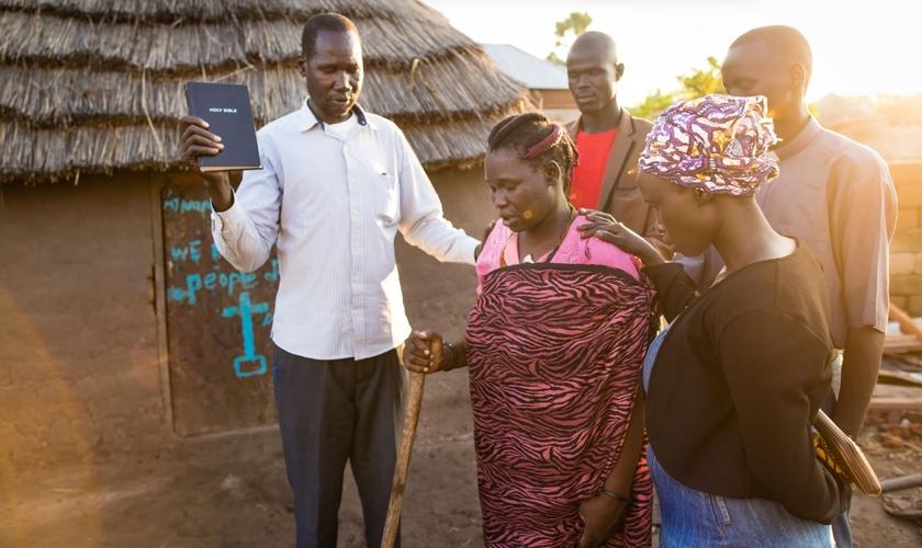 Uma congregação ligada à igreja Episcopal do Sudão do Sul ajudou a reconstruir a casa de Abuk. (Foto: Samaritan's Purse)