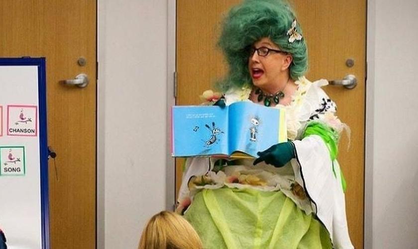 """""""Miss Kitty Litter"""" lendo histórias para crianças em um evento realizado pela Biblioteca Pública de Austin, Texas, EUA. (Foto: Cortesia da Mass Resistance)"""