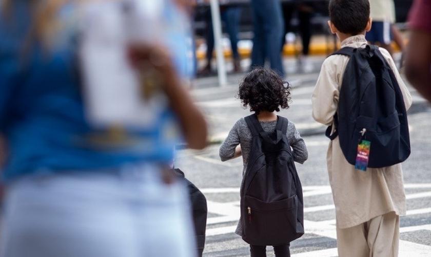 """Crianças andam com mochilas que receberam do programa """"Back to School Party"""", realizado no Send Ministry, em Clarkston, Geórgia, em 3 de agosto de 2019. (Foto: North American Mission Board)"""