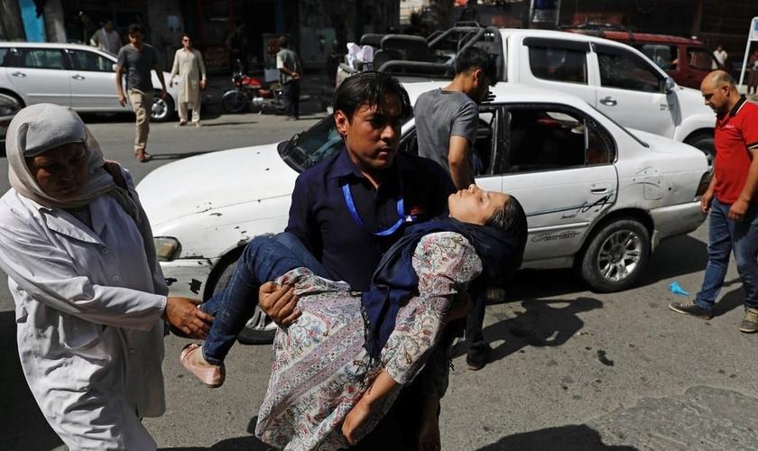 Mulher ferida foi levada ao hospital, logo após ataque do Talibã, em Cabul. (Foto: Mohammad Ismail/Reuters)