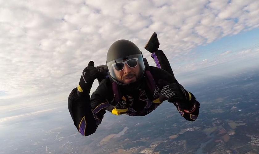 Korey Fisher é paraquedista e sobreviveu milagrosamente a uma colisão no ar e uma queda de cerca de 60 metros. (Foto: CBN News)