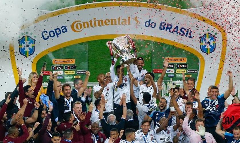 Jogadores e técnico do Athletico-PR celebraram a vitória na Copa do Brasil 2019 glorificando a Jesus.(Foto: Jeferson Guareze/Agif)