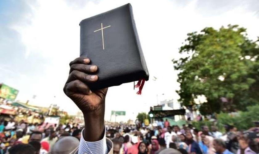 Cristãos protestam contra a perseguição religiosa no Sudão. (Foto: Ahmed MUSTAFA)