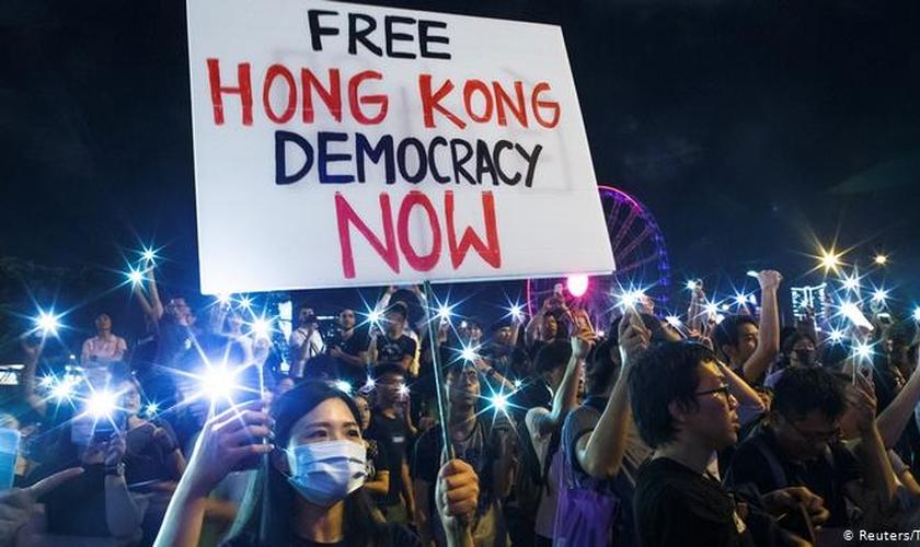 Manifestantes protestam contra o comunismo chinês em Hong Kong (Foto: Reuters / T. Peter)