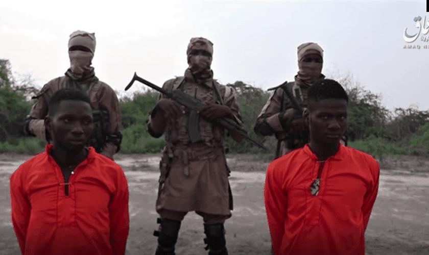 Captura de tela no site de notícias Amaq do Estado Islâmico mostra os missionários Godfrey Ali Shikagham (à esquerda) e Lawrence Duna Dacighir, antes de serem executados pelo Boko Haram. (Imagem: Amaq)