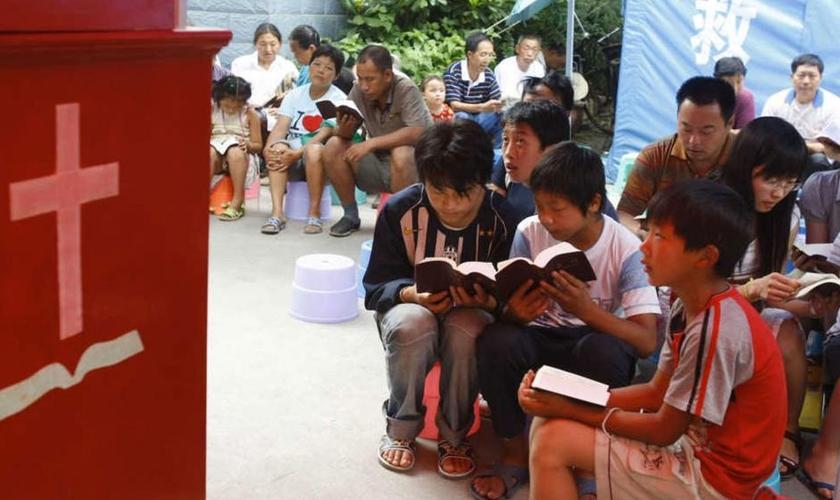 Cristãos participam de culto em igreja na China. (Foto: China Aid)