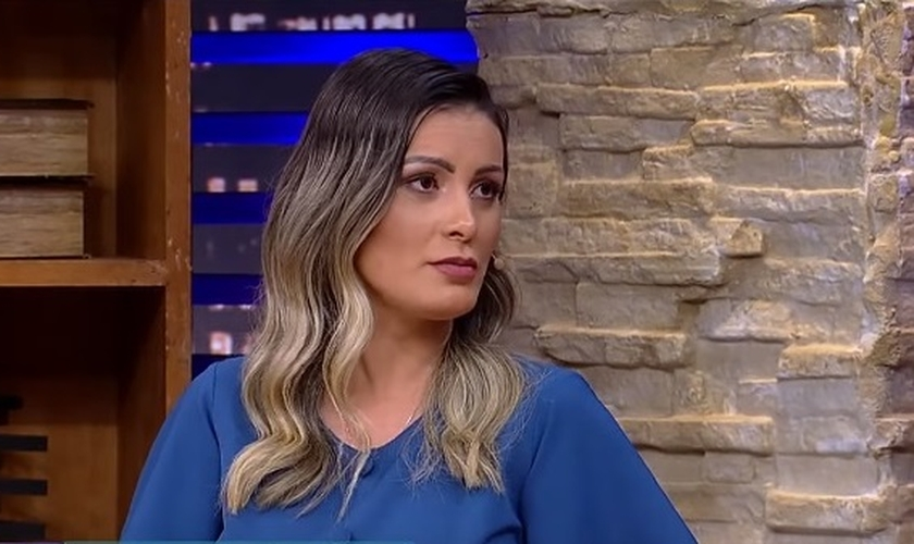 Andressa Urach participou do programa 'Luciana By Night' na última terça-feira, falando sobre fé, família, seu testemunho e seu novo livro 'Desejos da Alma'. (Imagem: Youtube / RedeTV!)