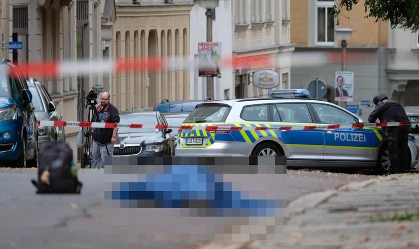 Corpo de uma das vítimas do lado de fora da sinagoga em Halle, no leste da Alemanha. (Foto: DPA via AP)