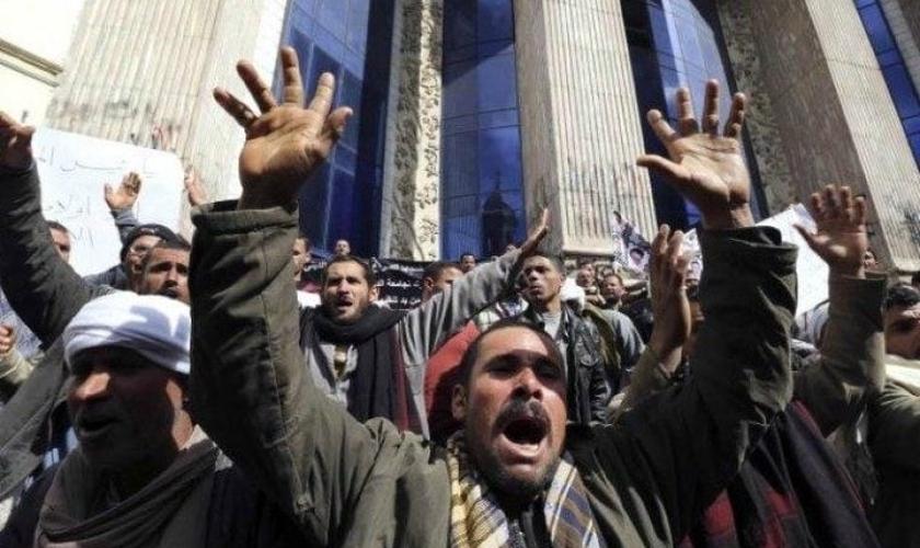 Cristãos copta protestam contra a intolerância religiosa no Egito. (Foto: Reuters/Mohamed Abd El Ghany)
