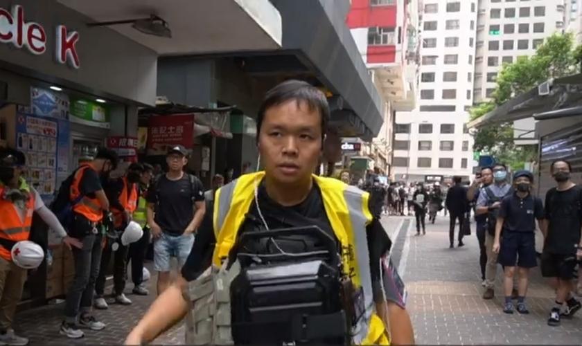 """Pastor Roy Chan lidera o projeto """"Proteja os Filhos"""", que visa evitar a violência durante protestos em Hong Kong. (Imagem: BBC / Reprodução)"""
