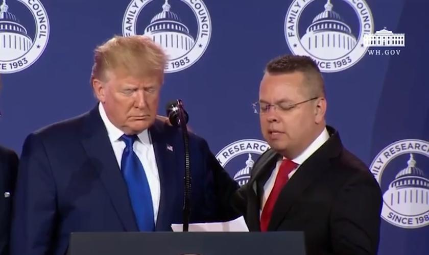 Andrew Brunson orou pelo presidente dos EUA, Donald Trump, durante evento sobre liberdade religiosa. (Imagem: CBN News)