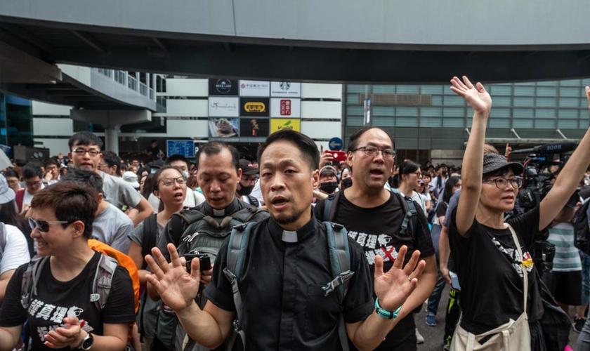 Cristãos oram durante manifestação contra o comunismo e projeto de lei polêmico em Hong Kong. (Foto:  THE NEW YORK TIMES)em