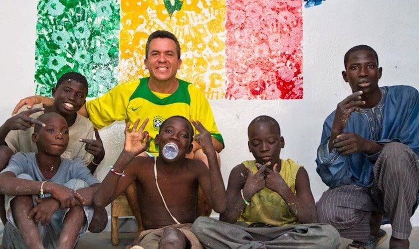 Pastor José Dilson (ao fundo) com garotos talibes, resgatados por seu projeto, no Senegal. (Foto: Arquivo Pessoal)