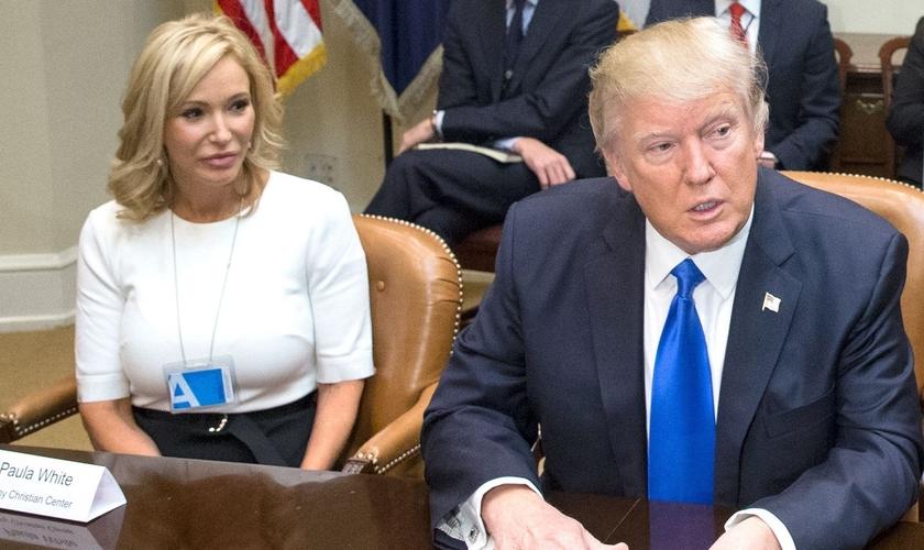 Paula White (esquerda) é uma famosa televangelista dos EUA e conselheira espiritual de Trump. (Foto: People)