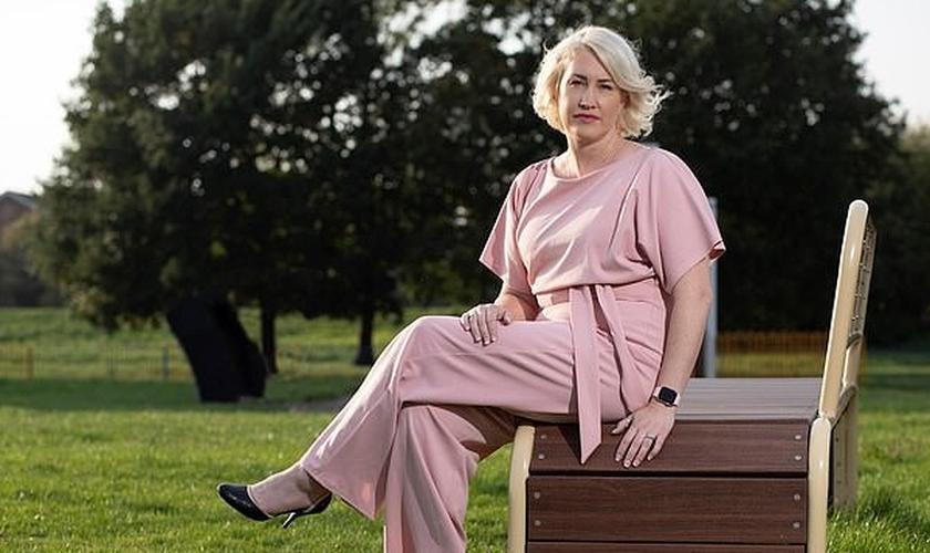 Lynsey McCarthy-Calvert, de 45 anos, foi forçada a deixar seu trabalho, após acusações de transfobia. (Foto: Daily Mail)
