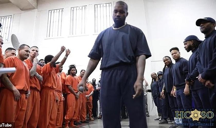Kanye West se apresentou e pregou para detentos em dois presídios do Texas. (Imagem: Youtube)
