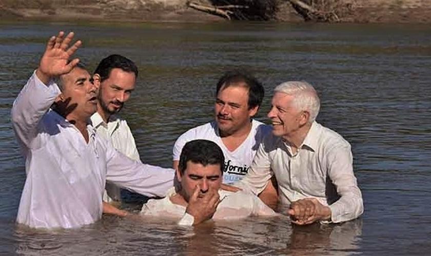 Serviço de batismo de uma igreja evangélica na Argentina. (Foto: Reprodução/Evangélico Digital)