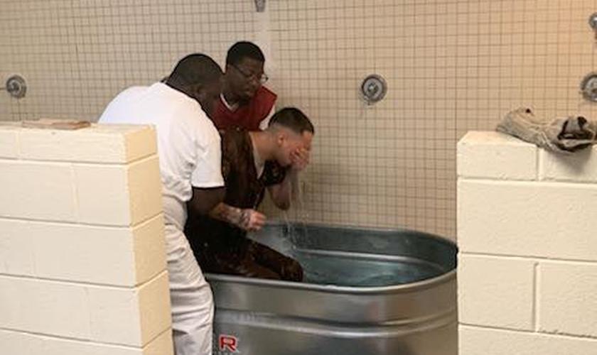 Detento é batizado após iniciativa do xerife do Condado de Darlington. (Foto: Darlington County Sheriff's Office)