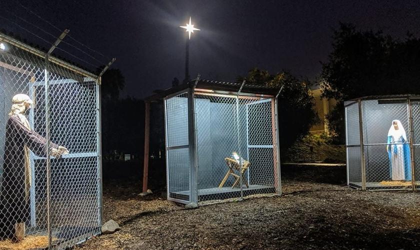 No presépio armado do lado de fora da igreja metodista, José (esquerda), Jesus (centro) e Maria (direita) são separados em jaulas. (foto: Facebook)