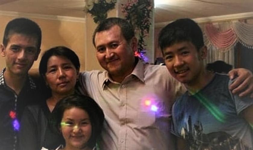 Pastor Bahrom Kholmatov (centro) com sua esposa e filhos. (Foto: Portas Abertas - EUA)