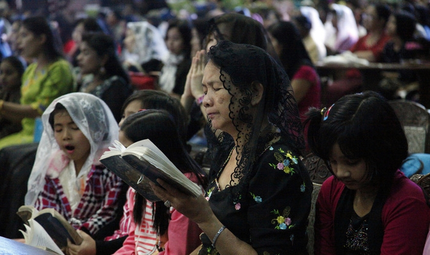 Cristãos participam de culto em Mianmar. (Foto: World News Group)