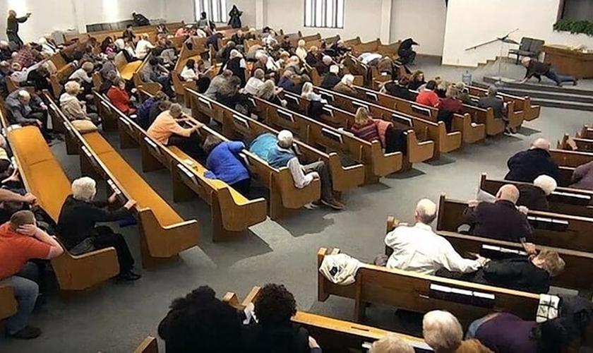 Vídeo mostra fiéis se escondendo durante tiroteio em igreja no Texas. (Foto: West Freeway Church of Christ/Law Enforcement via AP)