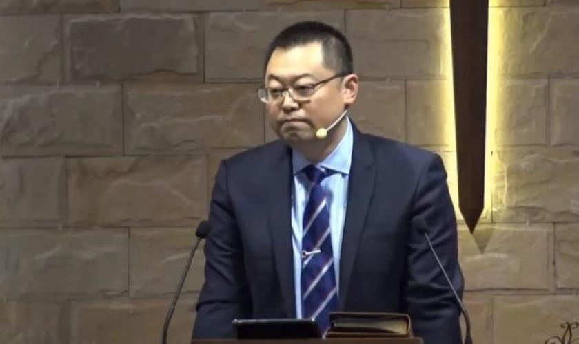 """Pastor Wang Yi foi presos sob falsas acusações de """"subversão do poder do Estado"""". (Imagem: Youtube / Reprodução)"""