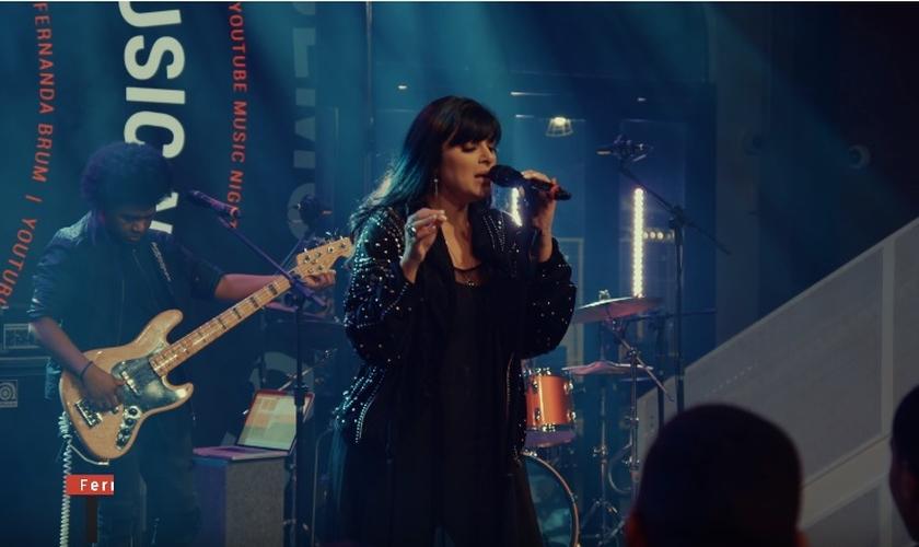Fernanda Brum gravou o EP ao vivo, no YouTube Space Rio. (Imagem: YouTube / Reprodução)