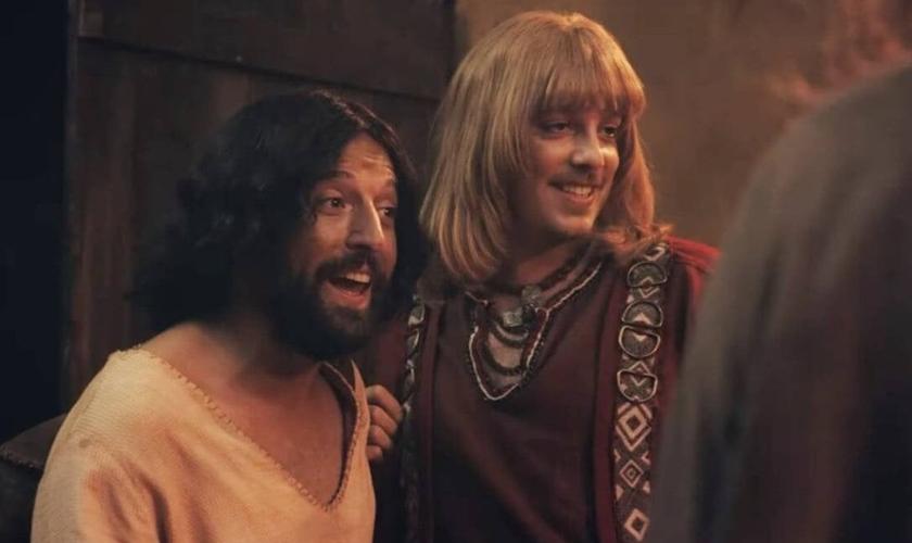 No filme, Jesus é interpretado por Gregório Duvivier e Orlando (Lúcifer) é interpretado por Fábio Porchat. (Foto: Divulgação)