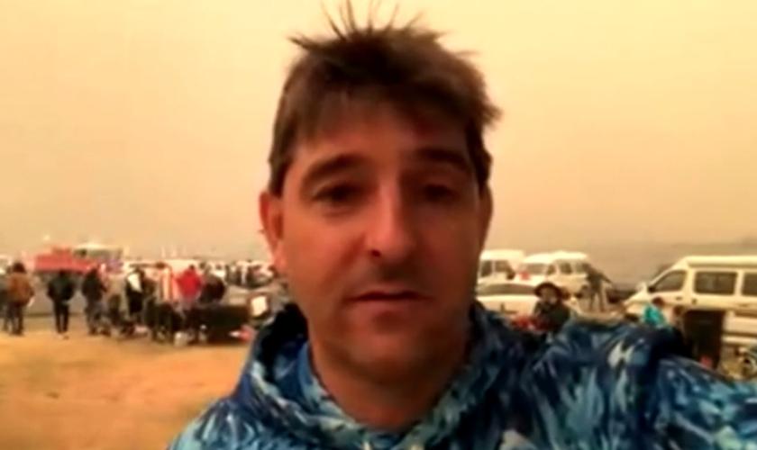 Filmagens de David Jeffery falando do cais de Mallacoota, na Austrália. (Foto: BBC News)
