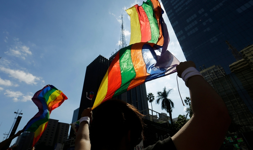 Bandeira do movimento LGBT durante a parada do orgulho gay, na Avenida Paulista. (Foto: Nelson Antoine/AP)